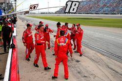 Kyle Busch, Joe Gibbs Racing, Toyota Camry Skittles Red White & Blue crew members celebrates the win