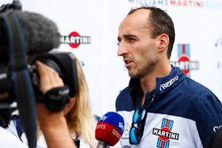 Robert Kubica, Williams Martini Racing, con los medios