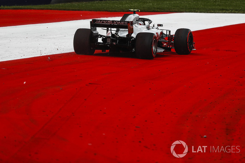 Kevin Magnussen, Haas F1 Team VF-18 runs wide