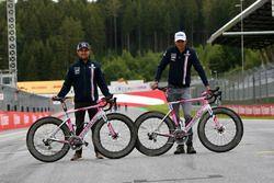 Sergio Perez, Force India et Esteban Ocon, Force India F1 sur des vélos Wyndy Milla