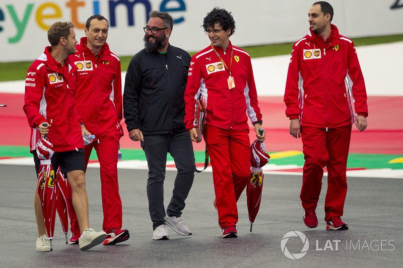 Sebastian Vettel, Ferrari parcourt la piste à pied avec son équipe