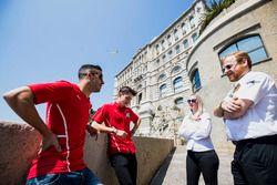 Alexa Quintin, directrice de communication FIA F2, et David Cameron, attaché de presse FIA F2, discutent avec Antonio Fuoco (Prema Racing) et Charles Leclerc (Prema Racing)