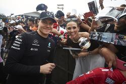 Valtteri Bottas, Mercedes AMG F1, with a fan