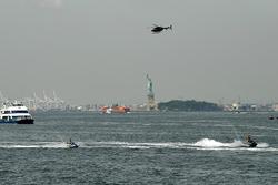 Jet Skis, un ferry en el río Hudson cerca de la Estatua de la Libertad