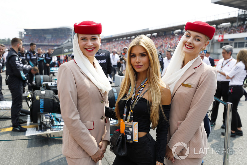 Emirates flight attendants on the grid with a guest of Emirates Airline