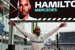 El ganador de la carrera Lewis Hamilton, Mercedes-AMG F1 celebra en parc ferme