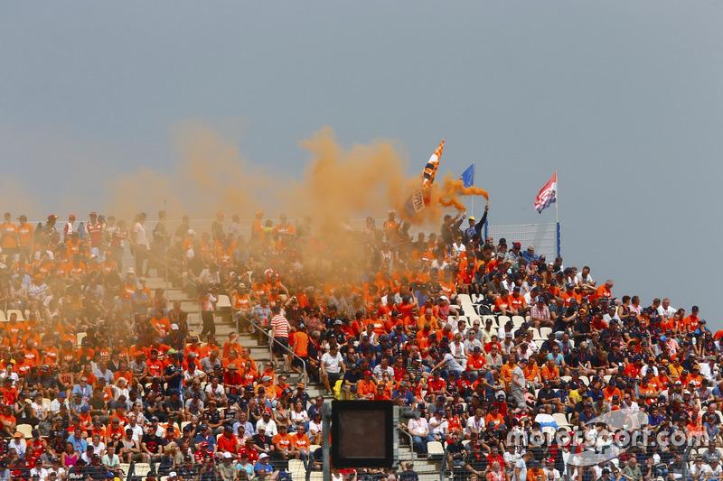 Los fanáticos holandeses encendieron bengalas en una tribuna