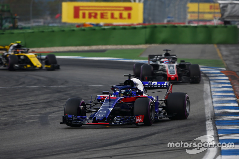 Brendon Hartley, Toro Rosso STR13, leads Romain Grosjean, Haas F1 Team VF-18, y Carlos Sainz Jr., Renault Sport F1 Team R.S. 18