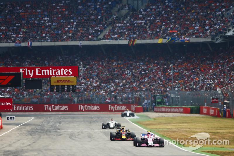 Esteban Ocon, Force India VJM11, Daniel Ricciardo, Red Bull Racing RB14
