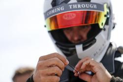 Jon Olsson, corredor de esquí alpino, se prepara para dar una vuelta con el coche de carreras de Fórmula E