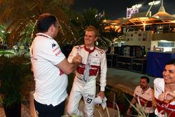 Marcus Ericsson, Sauber, célèbre son résultat à la fin de la course avec Frédéric Vasseur, directeur d'équipe