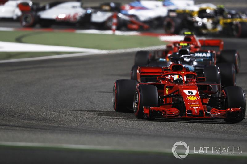 Sebastian Vettel, Ferrari SF71H, Valtteri Bottas, Mercedes AMG F1 W09, e Kimi Raikkonen, Ferrari SF71H