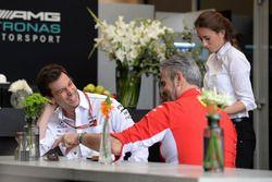 Toto Wolff, Director de Motorsport de Mercedes AMG F1 y Director del equipo de Ferrari Maurizio Arri