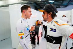 Stoffel Vandoorne, McLaren, parla con Fernando Alonso, McLaren