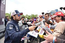 Sergio Perez, Force India lors de la séance d'autographes