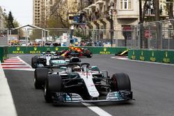 Lewis Hamilton, Mercedes AMG F1 W09, Valtteri Bottas, Mercedes AMG F1 W09, y Daniel Ricciardo, Red Bull Racing RB14 Tag Heuer