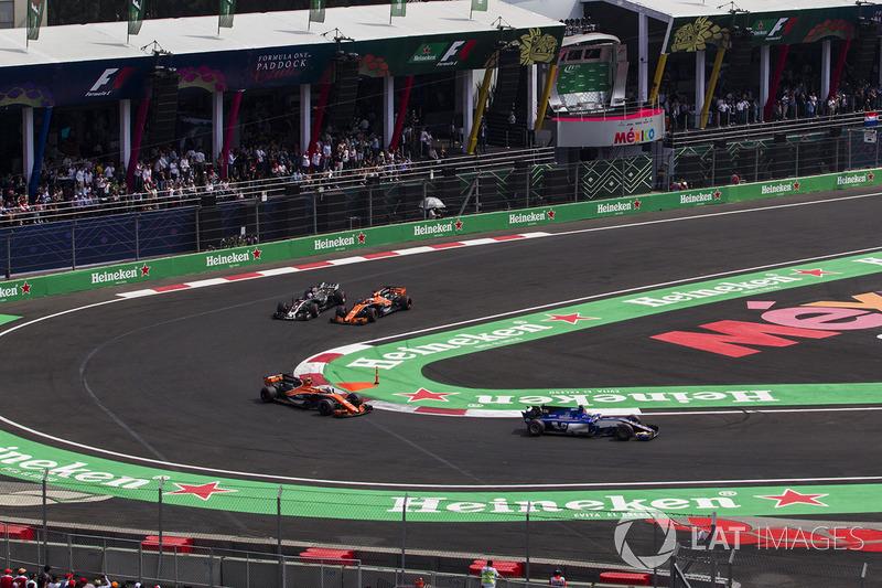 Romain Grosjean, Haas F1 Team VF-17 ve Fernando Alonso, McLaren MCL32 battle
