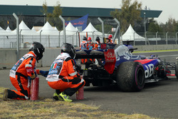Race marshals recover the car of race retiree Brendon Hartley, Scuderia Toro Rosso STR12 after stopp