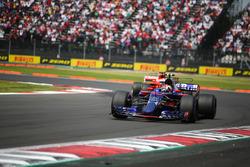 Pierre Gasly, Scuderia Toro Rosso STR12, Sebastian Vettel, Ferrari SF70H