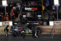 Erik Jones, Joe Gibbs Racing Toyota, pit stop