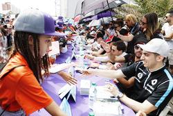 Fans en la sesión de autógrafos