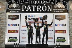 Podio assoluto: i vincitori Pipo Derani, Johannes van Overbeek, Nicolas Lapierre Tequila Patron ESM Nissan