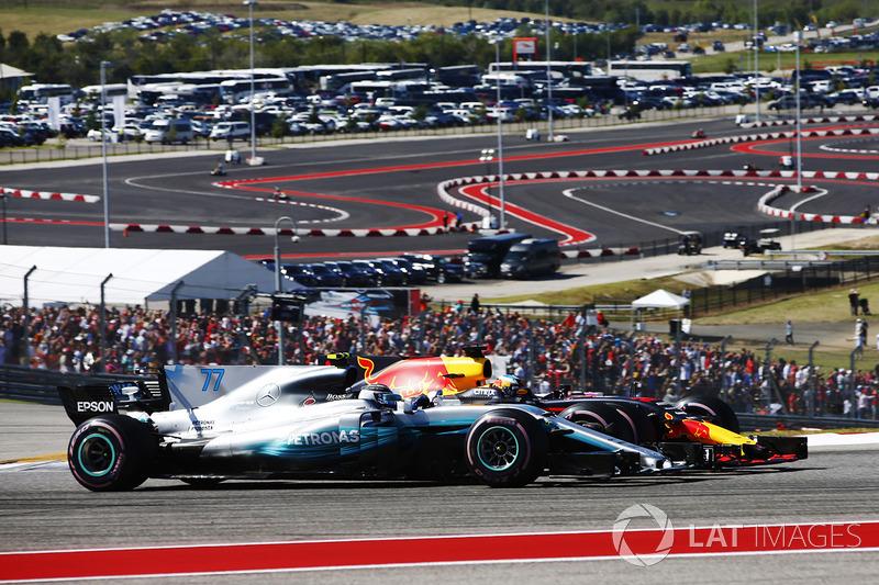 Valtteri Bottas, Mercedes AMG F1 W08, y Daniel Ricciardo, Red Bull Racing RB13