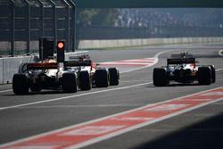 Daniel Ricciardo, Red Bull Racing RB13 et Stoffel Vandoorne, McLaren MCL32
