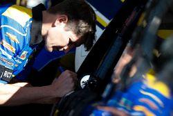Chase Elliott, Hendrick Motorsports, Chevrolet Camaro NAPA Auto Parts crew man Jordan Allen
