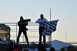 Bandiera a scacchi alla gara di raft