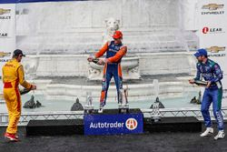 Ryan Hunter-Reay, Andretti Autosport Honda, Scott Dixon, Chip Ganassi Racing Honda, Alexander Rossi, Andretti Autosport Honda, sur le podium avec le champagne