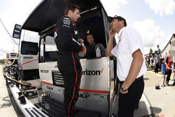 Will Power talks to Tim Cindric,Team Penske Chevrolet