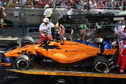 De wagen van uitvaller Stoffel Vandoorne, McLaren MCL33 wordt geborgen