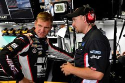 Clint Bowyer, Stewart-Haas Racing, Chevrolet Camaro Haas 30 Years of the VF1 and crew chief Mike Bugarewicz