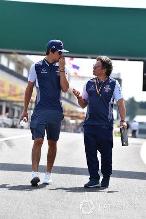 Lance Stroll, Williams recorre la pista con Luca Baldisserri, ingeniero de carrera de Williams