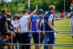 Kevin Magnussen, Haas F1 Team, Stoffel Vandoorne, McLaren, Brendon Hartley, Toro Rosso y Sergey Sirotkin, Williams Racing en el desfile de pilotos