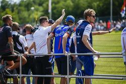 Kevin Magnussen, Haas F1 Team, Stoffel Vandoorne, McLaren, Brendon Hartley, Toro Rosso et Sergey Sirotkin, Williams Racing lors de la parade des pilotes