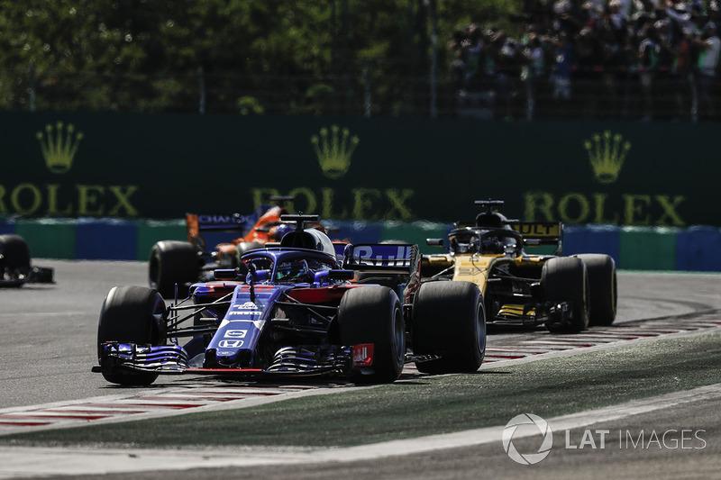 Brendon Hartley, Toro Rosso STR13, delante de Nico Hulkenberg, Renault Sport F1 Team R.S. 18, y Fernando Alonso, McLaren MCL33