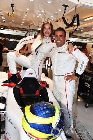 Zsolt Baumgartner, pilote de la biplace F1 Experiences, et Barbara Palvin