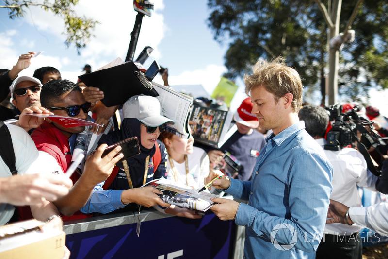 Nico Rosberg firma autógrafos para fanáticos
