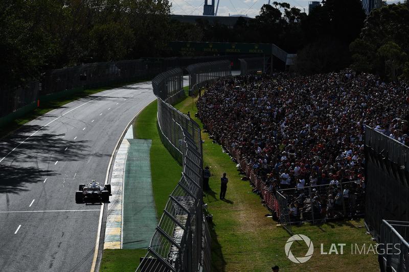 A equipe errou no pit stop de seus dois pilotos, que abandonaram em virtude da roda solta, um após o outro. O primeiro deles foi Magnussen