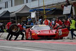 R.Ferri Motorsport Ferrari 488 GT3: Toni Vilander, Miguel Molina, pit stop