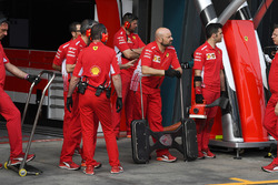 Des mécaniciens Ferrari SF-71H