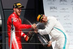 Podio: segundo lugar Lewis Hamilton, Mercedes-AMG F1, ganador de la carrera Sebastian Vettel, Ferrari
