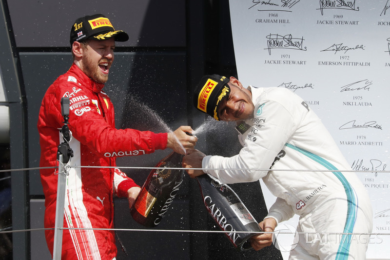 Sebastian Vettel, Ferrari e Lewis Hamilton, Mercedes-AMG F1, festeggiano sul podio con lo champagne