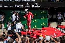 Ganador de la carrera Sebastian Vettel, Ferrari, celebra en Parc Ferme