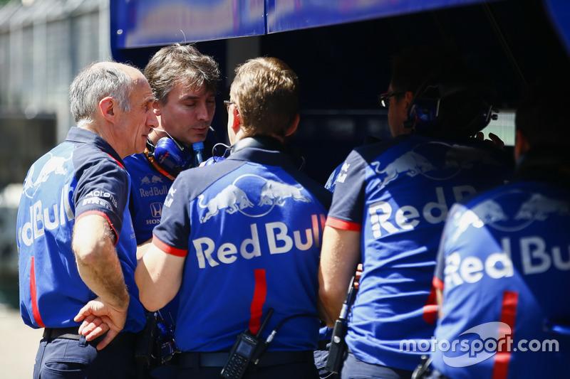 Franz Tost, director de Toro Rosso, y parte del equipo