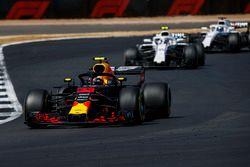 Max Verstappen, Red Bull Racing RB14, devant Sergey Sirotkin, Williams FW41, et Lance Stroll, Williams FW41