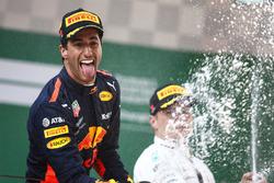 Podio: il vincitore della gara Daniel Ricciardo, Red Bull Racing, il secondo classificato Valtteri Bottas, Mercedes-AMG F1