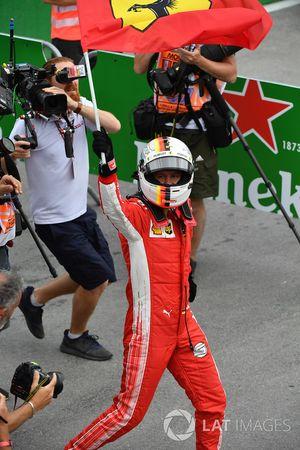 El ganador de la carrera, Sebastian Vettel, Ferrari celebra en el parque cerrado